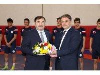 Güreş Federasyonu Başkanı Musa Aydın, gençlere malzeme dağıttı
