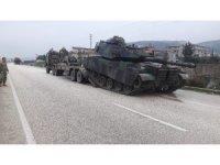 Hatay'da sınıra askeri araç sevkiyatı sürüyor