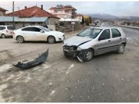 Denizli'de kontrolsüz kavşakta tır ile otomobil çarpıştı: 2 yaralı