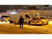 İsveç'te polisten kaçan minibüs polis aracına çarptı