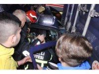 Otomobil tıra arkadan çarptı: 2'si ağır 4 yaralı