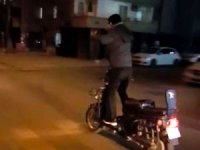Motosikletle seyir halindeyken ayağa kalktı