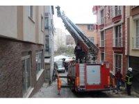 Binadan kopan beton parçaları aracın üzerine düştü