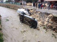 Aşırı yağmur nedeniyle yol çöktü, araçlar dereye düştü