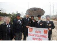 Gazilerden sınırdaki askere moral