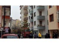 Tosya'da 3 katta çıkan yangında yaşlı adam pencereden atladı
