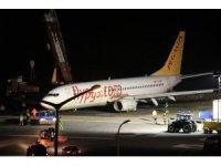 Bulunduğu yerden çıkarılan uçağın havalimanında güvenli bölgeye çekilme işlemi başladı