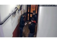 Apartman girişinde uyuşturucu alışverişi kamerada
