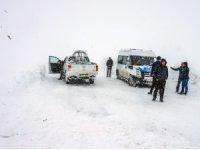Karda mahsur kalan öğretmenler kurtarıldı