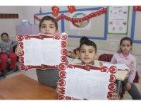 Savaş mağduru Suriyeli öğrencilerin karne sevinci