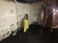 Yakıt deposu delinen tırdan litrelerce mazot yola aktı