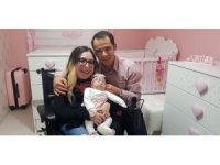 Tekerlekli sandalyeyle gittiği hastaneden bebeği ile çıktı
