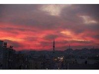 Şanlıurfa'da gün batımı gökyüzünü kızıla boyadı