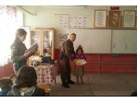 Burhaniye'de jandarma kitap dağıttı
