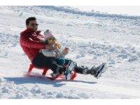 Beklenen kar geçte olsa yağdı, kayak merkezi açıldı