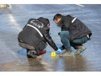Polisin düşürdüğü silah karın içinde bulundu