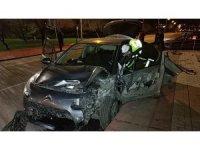 Yoldan çıkan otomobil denize uçmaktan son anda kurtuldu: 2 yaralı