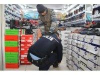 Polis memuru terlikle dolaşan engelliyi görünce ayakkabı aldı