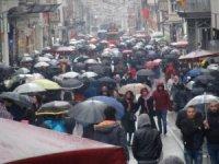 İstiklal Caddesi'nde şemsiyeli vatandaşların ilginç görüntüsü