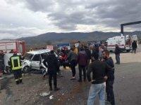 Alaşehir'de otomobil ile kamyonet çarpıştı: 6 yaralı