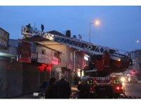 Çatı yangınını itfaiye ekipleri söndürdü