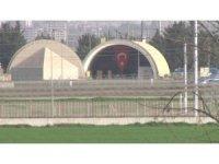 F-16 hangarına dev Türk bayrağı asıldı