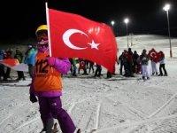 Yıldız Dağı'nda Tük bayrakları eşliğinde meşaleli kayak