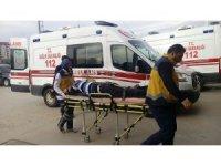 Tırın dorsesi ile keresteler arasında sıkışarak yaralandı