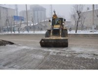 Cadde ve kaldırımlarda buz küreme çalışması