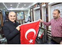Mehmetçik'e destek için 12 bin Türk bayrağı dağıtıldı