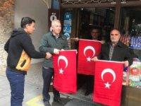 Tarsus Belediyesi esnafa bayrak dağıttı