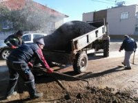 Alaşehir'in mahallelerinde asfalt yama çalışması devam ediyor