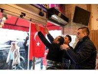 Isparta esnafından Türk bayrağı kampanyasına destek