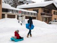 Yoğun kar yağışı İsviçre'de kara ve demiryollarını kapattı