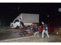 Manisa'da kamyonet ile otomobil kafa kafaya çarpıştı: 6 yaralı