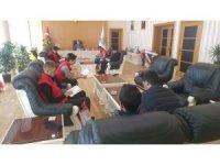 Başkan Aksoy, makamında gençlerle kitap okudu