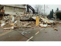 Tehlike arz eden bina Kartepe Belediyesi tarafından yıkıldı