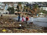 Antalya'da fırtına, sahili çöplüğe çevirdi