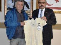 Yarım asırlık Nazillispor formasını Başkan Alıcık'a hediye etti