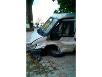 Otomobil ile minibüs çarpıştı: 13 yaralı
