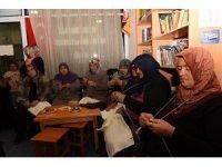 Tokatlı kadınlar Mehmetçik için içlik örüyor
