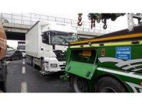 TEM'de trafiği kilitleyen tır kazası:1 yaralı