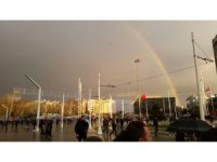 Taksim'de beliren gökkuşağı kendine hayran bıraktı