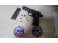 Kocaeli'de farklı suçlarda aranan iki şahısı polis ekiplerinin dikkati ele verdi
