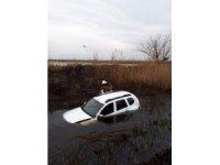 Su dolu tahliye kanalına uçan sürücüyü itfaiye kurtardı