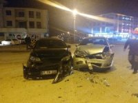 İki otomobilin çarpıştığı kazada 3 kişi yaralandı
