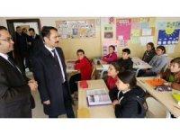 Vali Aktaş, Ayhanlar köyünde okul ziyaretlerinde bulundu