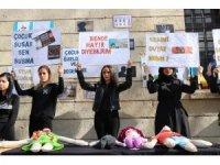 Üniversite öğrencileri çocuk istismarlarına karşı güvercin uçurdu