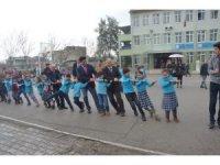 Protokol ve öğrenciler halat çekerek eğlendi