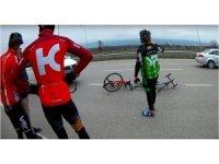 Bisikletçilerilere otomobil çarptı: 1 yaralı